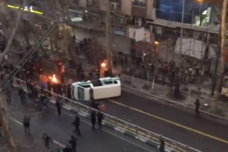 درگیری پلیس و مردم در چهارمین روز اعتراضهای گسترده ایران