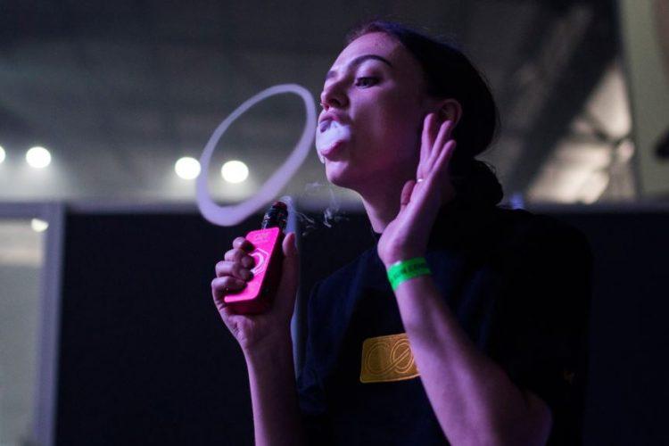 پیام دختر ۱۸ ساله آمریکایی که تا پای مرگ رفت: سیگار الکترونیکی را ترک کنید!