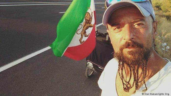 بازداشت یک ایرانی که با پرچم شیر و خورشید به ایران رسید