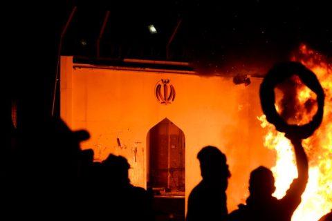 کنسولگری ایران در نجف برای سومین بار به آتش کشیده شد!