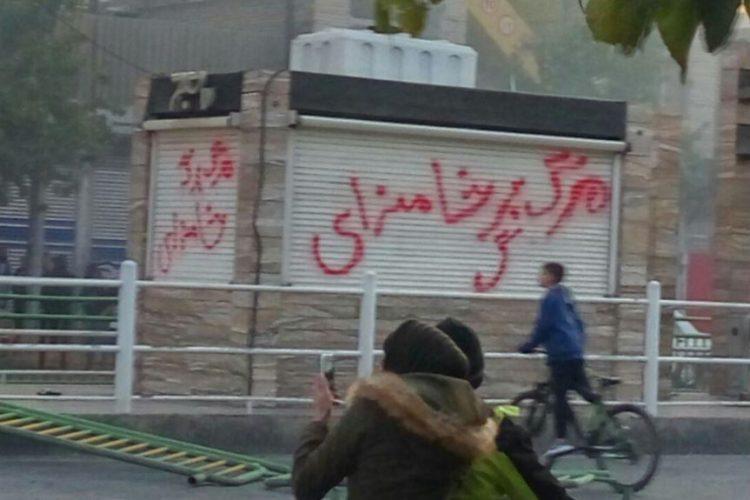 معترضان به دفاتر نمایندگان خامنهای در شهرها حمله کردند؛ نام ۹ حوزه علمیه و دفاتر امامان جمعه!