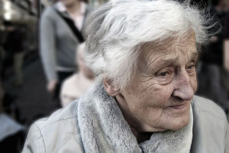 پژوهش جدید: ناشنوایی در سالمندان اگر درمان نشود منجر به انزوا و تنهایی میشود